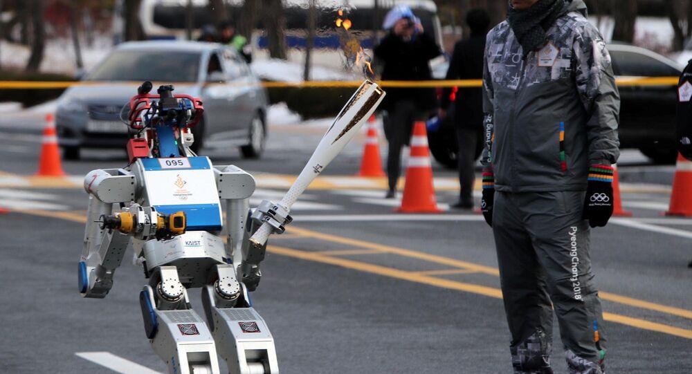 Robot HUBO w czasie udziału w sztafecie ze zniczem olimpijskiem