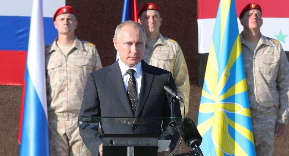 Prezydent Rosji Władimir Putin podczas odwiedzin w bazie lotniczej Hmeimim w Syrii