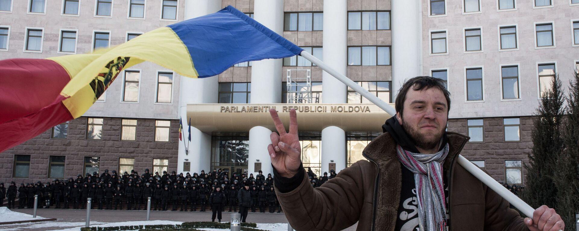 Uczestnik akcji protestacyjnej w Kiszyniowie pod budynkiem Parlamentu Republiki Mołdawii - Sputnik Polska, 1920, 25.08.2021