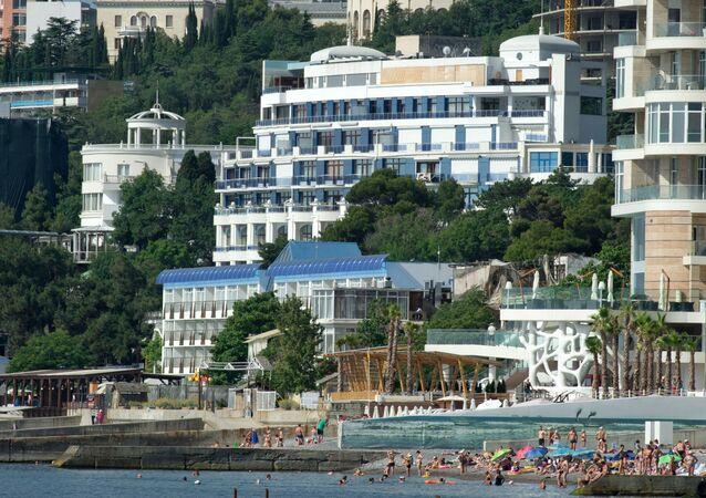 Widok z morza na hotele w Jałcie