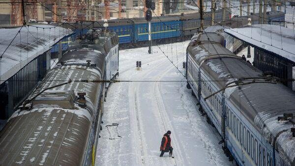 Na stacji kolejowej w Kijowie na Ukrainie - Sputnik Polska