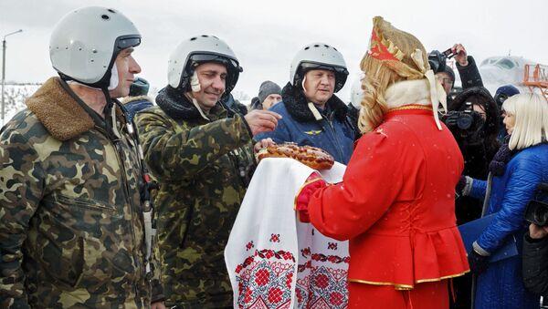 Wojskowi na lotnisku Biełaja w obwodzie irkuckim w czasie powitania załóg bombowców Tu-22M3 po powrocie z Syrii - Sputnik Polska