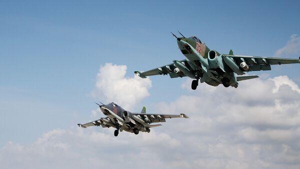 Rosyjskie samoloty szturmowe Su-25 w bazie lotniczej Hmeimim w Syrii - Sputnik Polska