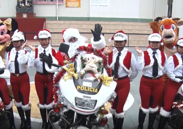 Policjanci w kostiumach św. Mikołaja