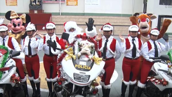 Policjanci w kostiumach św. Mikołaja - Sputnik Polska