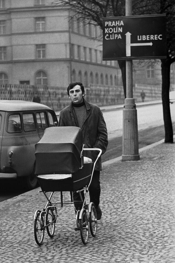 Mieszkaniec Czechosłowacji spaceruje z dzieckiem, 1976 rok.