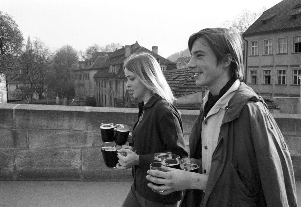 Młodzież na praskiej ulicy w 1969 roku.