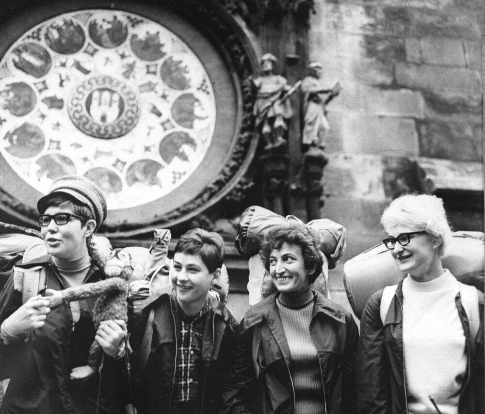 Dziewczyny z Czechosłowacji, które postanowiły dostać się do Meksyku na piechotę z jedną przeprawą na parowcu z Londynu do Kanady, aby trafić na XIX Igrzyska Olimpijskie 1968 roku.
