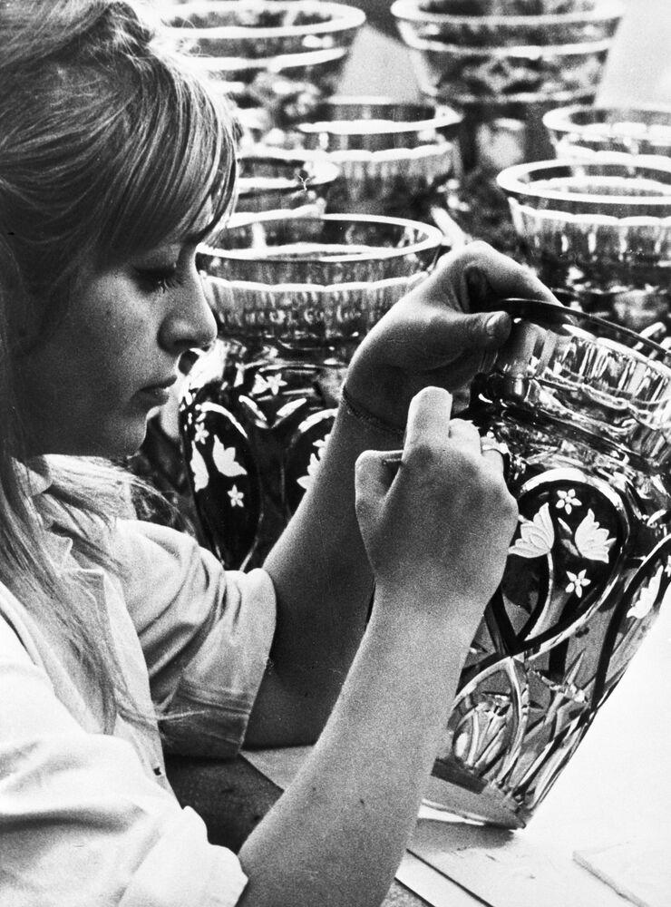 Dziewczyna dekoruje wazę w hucie szkła w Północnej Bohemii, 1969 rok.