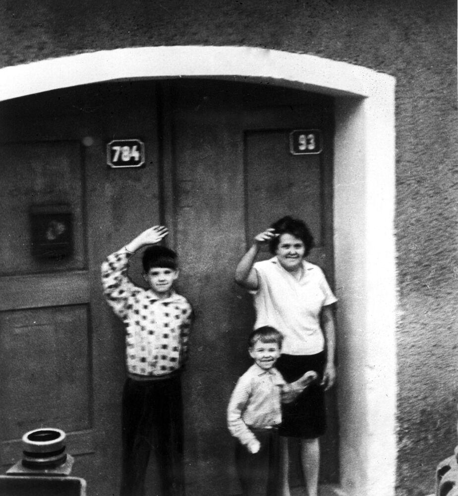 Czechosłowacka rodzina obok swojego domu, 1968 rok.