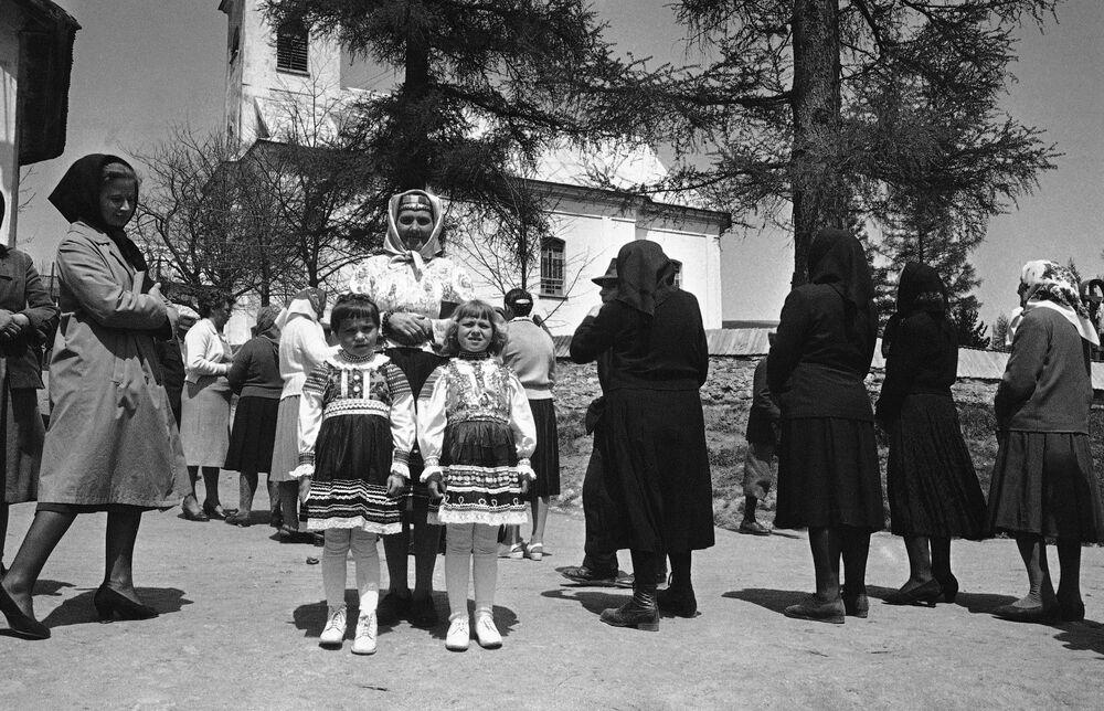Chłopka z córkami po odwiedzeniu kościoła w czechosłowackim mieście Zdiar, 1964 rok.