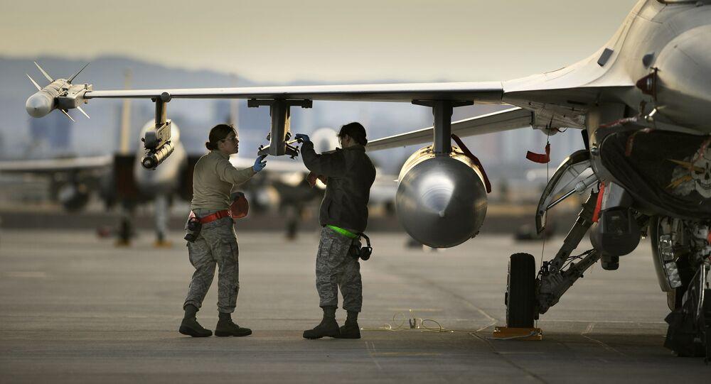 Amerykańscy wojskowi obok myśliwca F-17