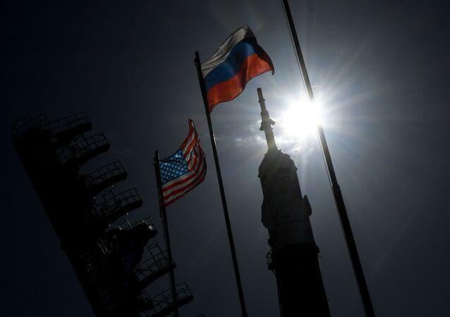 Flagi Rosji i USA na Bajkonurze