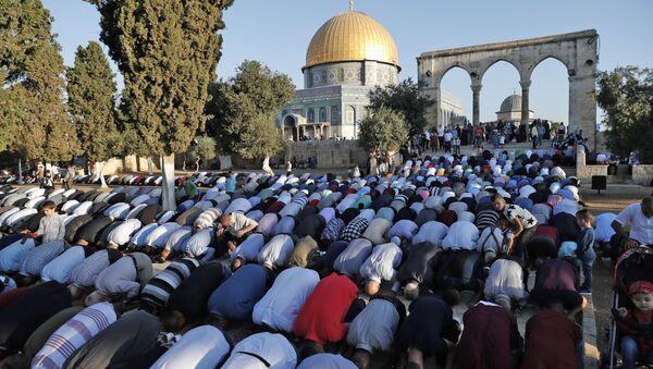 Palestyńscy muzułmanie podczas modlitwy przy Meczecie Kopuły nad Skałą w Jerozolimie - Sputnik Polska