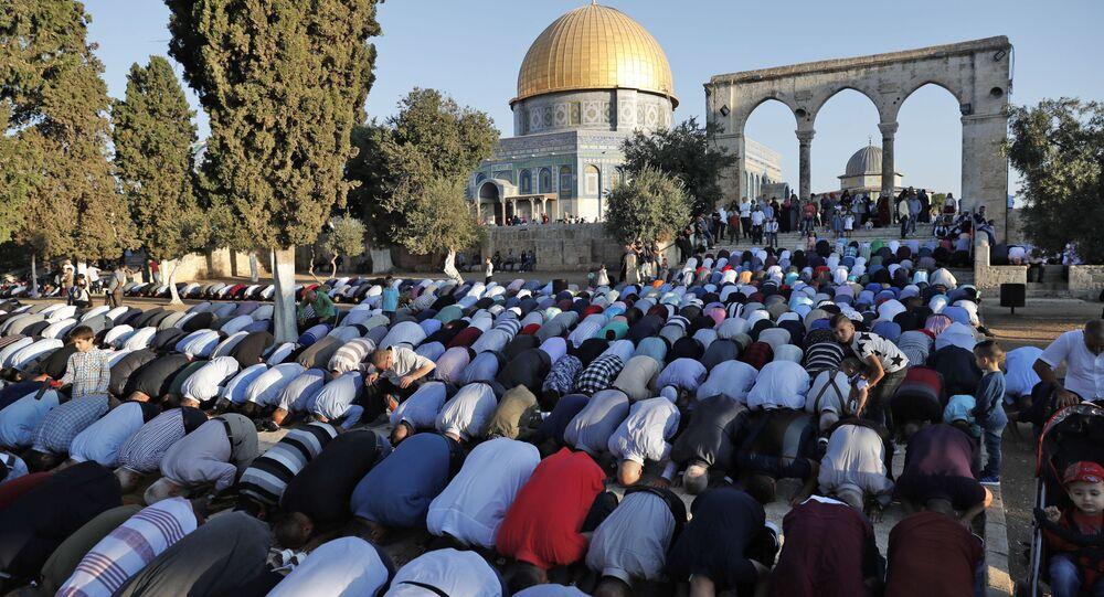 Palestyńscy muzułmanie podczas modlitwy przy Meczecie Kopuły nad Skałą w Jerozolimie