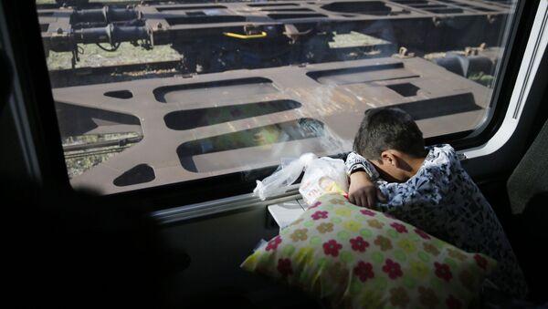 Dziecko migrantów w pociągu kursującym z Budapesztu do Wiednia - Sputnik Polska