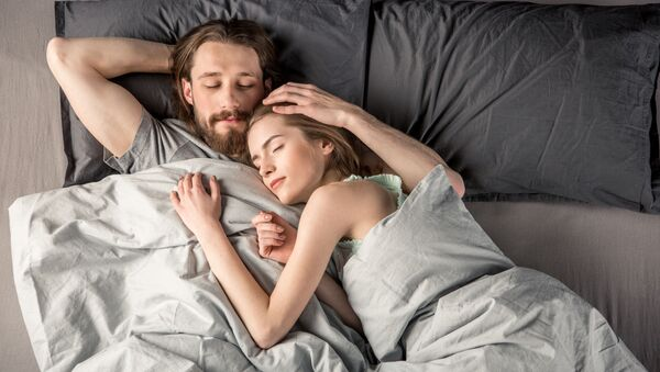 Młoda para w łóżku - Sputnik Polska