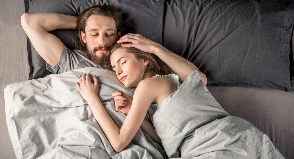 Młoda para w łóżku