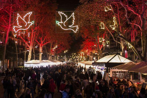 Świąteczne iluminacje w Barcelonie - Sputnik Polska