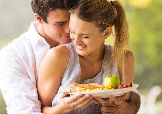 Flirtująca młoda para