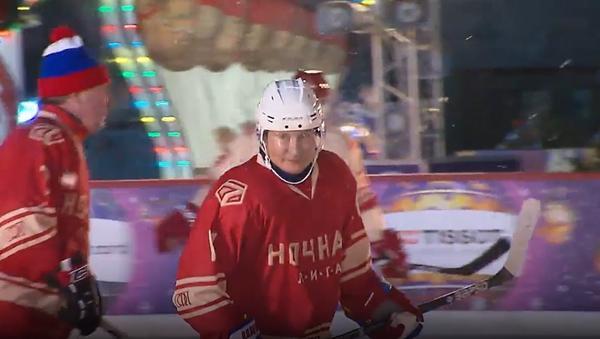 Władimir Putin zagrał w meczu Nocnej Ligi Hokeja na Placu Czerwonym - Sputnik Polska