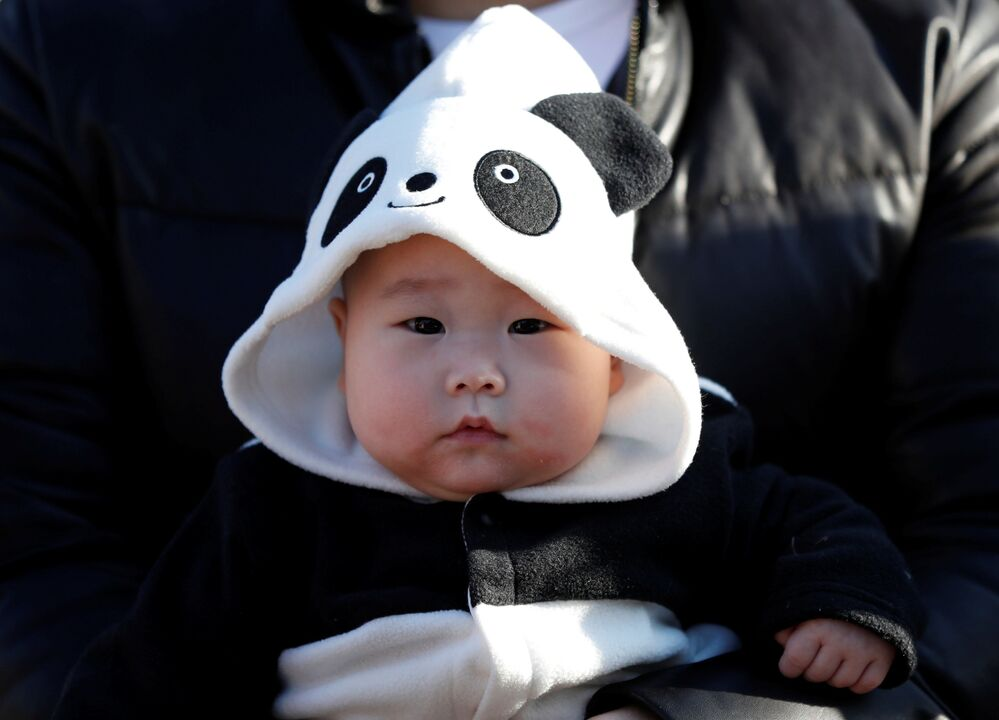 Podczas pierwszego publicznego pojawienia się małej pandy w japońskim zoo.