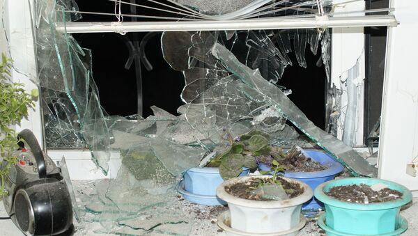 Okno ostrzelanego domu w miejscowości Stachanow w obwodzie ługańskim - Sputnik Polska