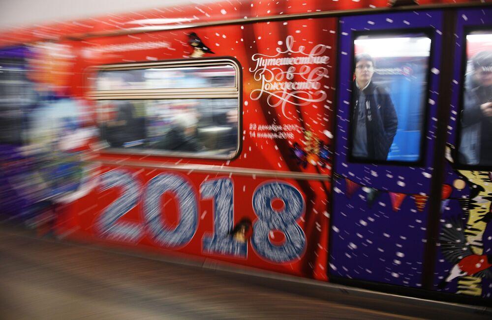 Nowy pociąg moskiewskiego metro Podróż w Boże Narodzenie