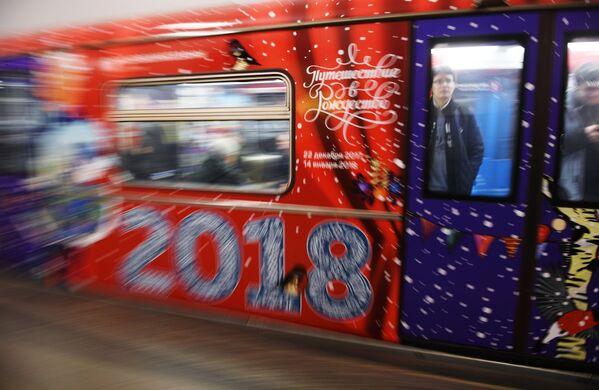 Nowy pociąg moskiewskiego metro Podróż w Boże Narodzenie - Sputnik Polska