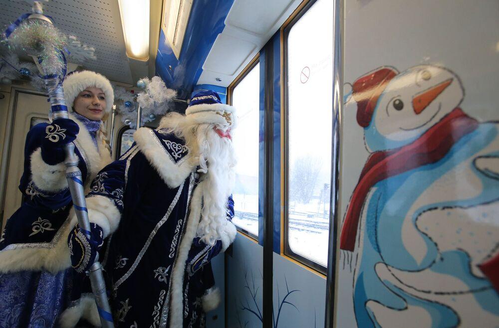 Dziadek Mróz i Śnieżynka w wagonie moskiewskiego pociągu