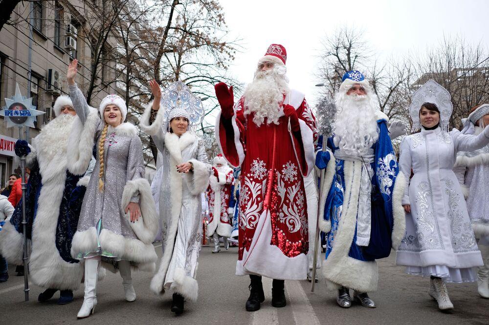 Uczestnicy parady Dziadków Mrozów w Kraju Krasnodarskim