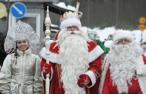 Dziadek Mróz i Śnieżynka na przejściu granicznym Brusnicznoe - Sputnik Polska