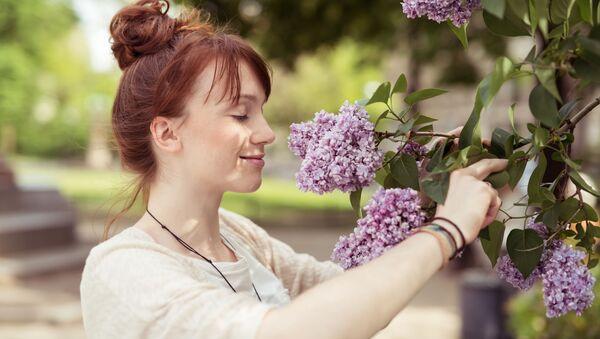 Dziewczyna wącha kwiaty - Sputnik Polska