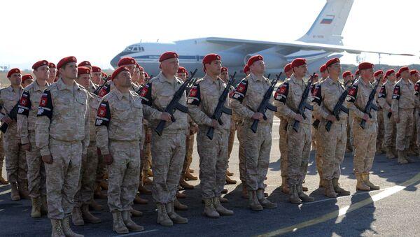 Rosyjscy wojskowi podczas ceremonii powitania prezydenta Rosji Władimira Putina w bazie lotniczej Hmejmim - Sputnik Polska