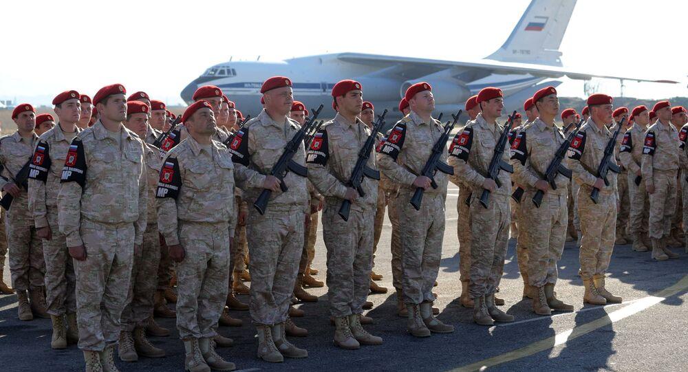 Rosyjscy wojskowi podczas ceremonii powitania prezydenta Rosji Władimira Putina w bazie lotniczej Hmejmim