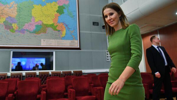 Prezenterka telewizyjna Ksenia Sobczak w czasie składania dokumentów do Centralnej Komisji Wyborczej - Sputnik Polska