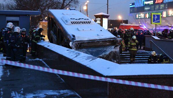 Na zachodzie Moskwy autobus wjechał w przejście podziemne - Sputnik Polska