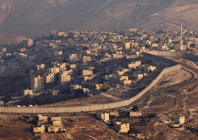 Palestyńskie miasto Abu-Dis odgrodzone od Izraela betonowym ogrodzeniem