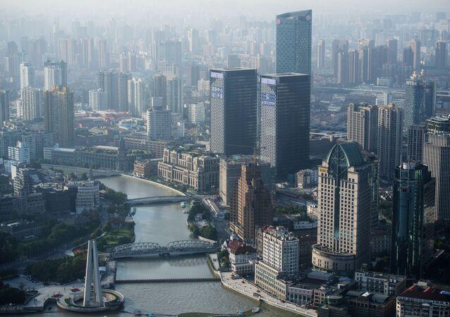 """Widok na Szanghaj z tarasu widokowego wieży telewizyjnej """"Wschodnia Perła"""""""