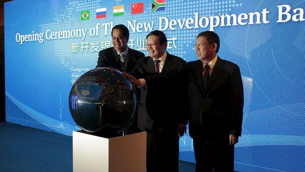 Prezes Banku Rozwoju BRICS Kundapur Vaman Kamath, minister finansów Chin Lou Jiwei oraz prezydent Szanghaju Yang Xiong na ceremonii oficjalnego rozpoczęcia pracy Nowego Banku Rozwoju BRICS w Szanghaju. - Sputnik Polska