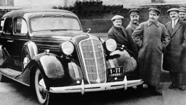 Józef Stalin, Wiaczesław Mołotow, Anastas Mikojan, Sergo Ordżonikidze, Iwan Lichaczow przy nowym samochodzie ZiS-101 na terenia Kremla - Sputnik Polska