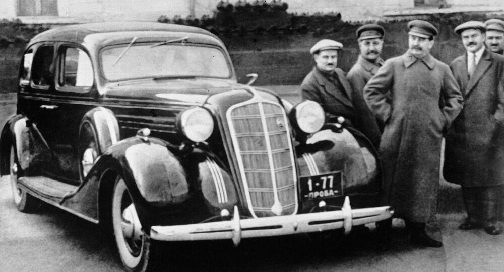 Józef Stalin, Wiaczesław Mołotow, Anastas Mikojan, Sergo Ordżonikidze, Iwan Lichaczow przy nowym samochodzie ZiS-101 na terenie Kremla
