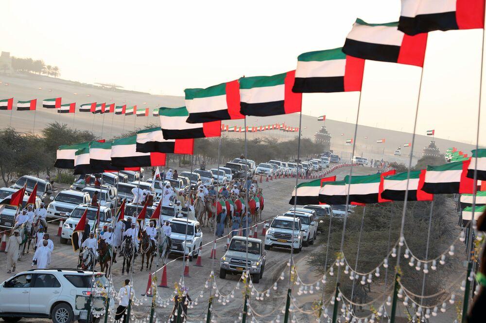 Goście i uczestnicy festiwalu wielbłądów Al Dafra w  ZEA