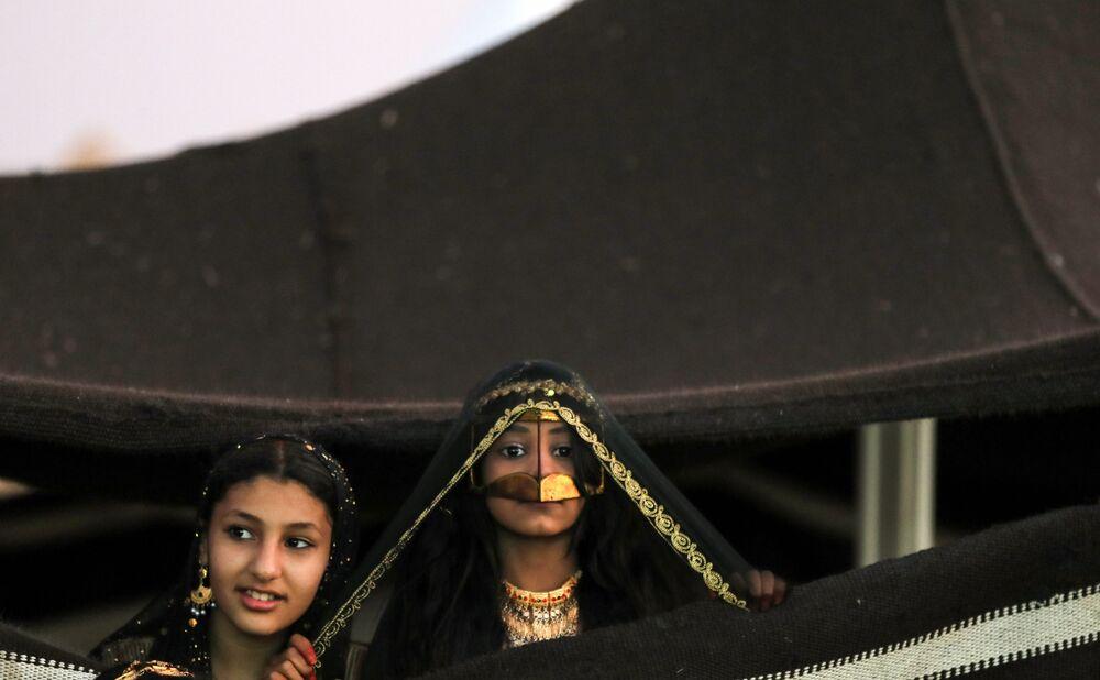 Dzieci na festiwalu wielbłądów Al Dafra w  ZEA