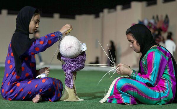 Dzieci na festiwalu wielbłądów Al Dafra w ZEA - Sputnik Polska
