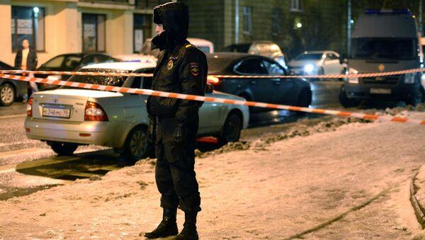 Policjant przed sklepem w Petersburgu, w którym doszło do zamachu - Sputnik Polska