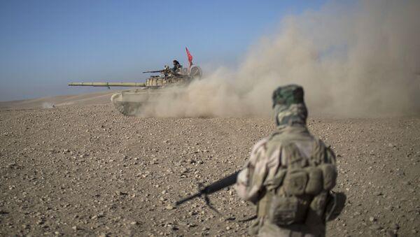 Wojskowi na irackim czołgu - Sputnik Polska