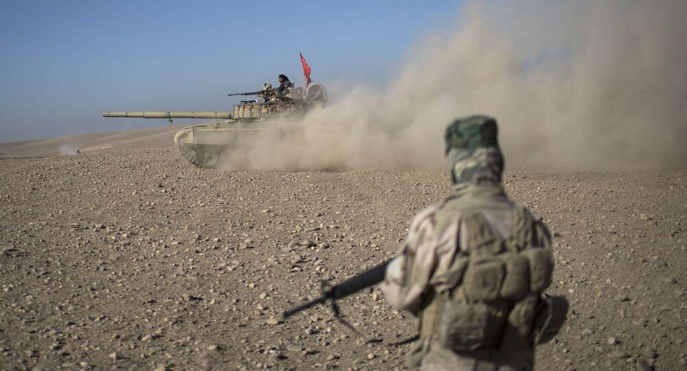 Wojskowi na irackim czołgu