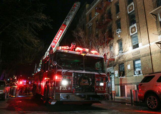 Gaszenie pożaru w mieszkaniu w Bronx, Nowy Jork