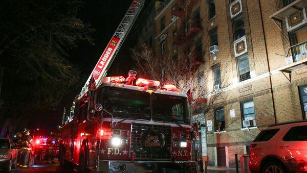 Gaszenie pożaru w mieszkaniu w Bronx, Nowy Jork - Sputnik Polska
